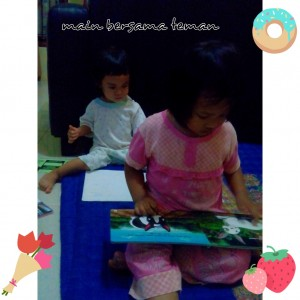 Bermain bersama teman menumbuhkan minat mencintai buku.foto:aura&najla