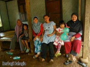 Berbagi Bahagia Bersama TabloidNova.com, Kader Posyandu- Saya- Penduduk Desa- Bidan