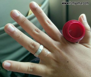 Meskipun varian cherry, tapi warnanya bening. Saya gunakan di sekitar jari.