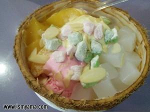 Ice cream pesanan saya dengan topping marshmellow, nata de coco, almond dan egg pudding.