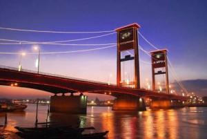Jembatan Ampera. Foto oleh Dimas Wahyu (Non Commercial Lisence)