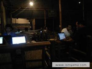 Pengunjung sibuk di depan laptop masing-masing
