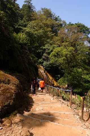 jalan ke tebing belerang