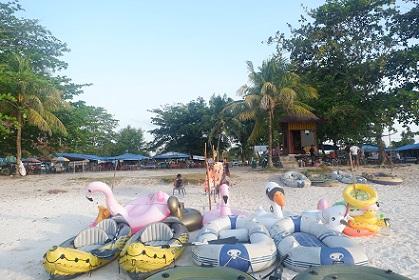 perahu karet di pantai tanjung tinggi